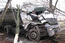 Nehoda nákladního vozidla u Bratronic