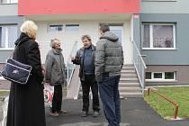 JOSEF KOVAŘÍK - předseda společenství vlastníků paneláku v Okružní ulici ve Slaném jedná s nájemníky, co bude dál.