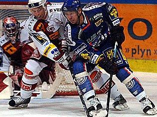 Nejproduktivnější hráč Kladna Jaroslav Kalla (v tmavém)  si na Slavii  připsal jednu asistenci. Bělohlav po ní vyrovnával na 2:2