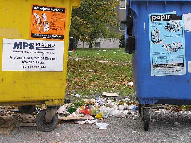 Park z odpadků . Kontejnery za trafostanicí v Rozdělově nikdo důsledně nehlídá, a proto odpad, který lidé odkládají kolem, poletuje do širokého okolí.