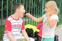 OPRAVDOVÝ DŮKAZ PŘÁTELSTVÍ. Zdravá holčička pomáhá nakrmit svého postiženého kamaráda z kladenského Korálku.