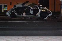 Další fotografie z místa nehody. Z vozu zbyl jen vrak.