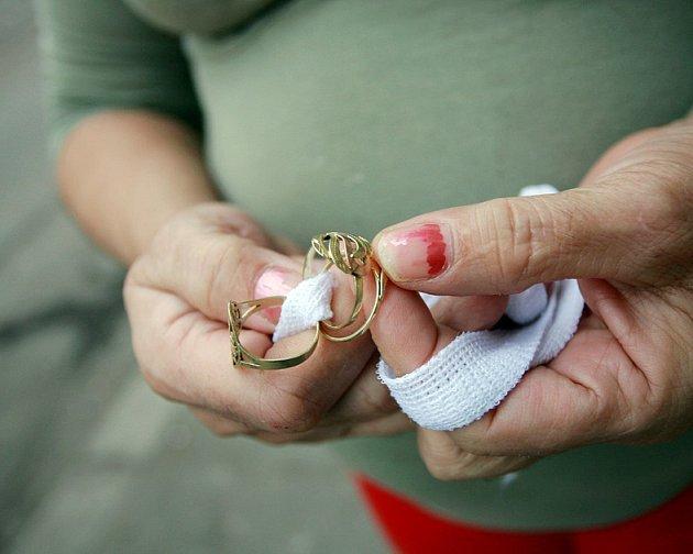 Pozor na podvodníky nabízející výhodně zlaté šperky.