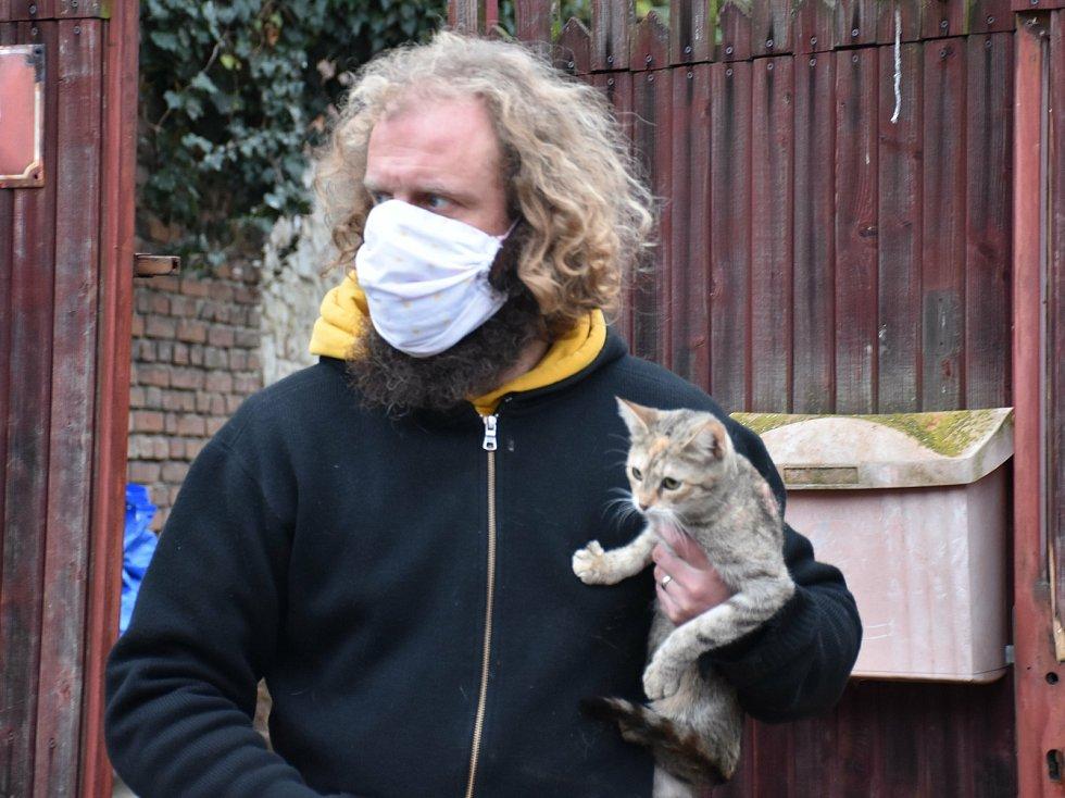 Opuštěná zvířata na místě tragédie v Líském zachraňuje i starosta Štěpán Hon.