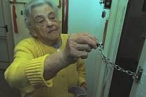 Ani sebelepší bezpečnostní zámek a řetízek na dveřích neochrání neopatrného seniora, který se rozhodne vpustit do bytu cizí osobu.