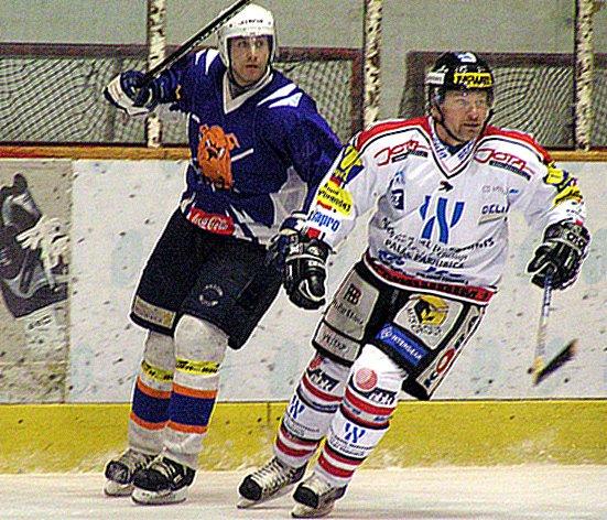Řisutský útočník Pavel Hegenbart (vlevo) se podílel přihrávkou na rozhodující gól svého celku.