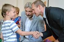 MALÉ HOKEJISTY přivítali ředitel školy Vladimír Dufek a vedoucí úseku sportovních tříd Josef  Zajíc (vpředu).