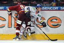 Jakub Valský se tady střetl s Karlem Pilařem ze Sparty, teď válčí spolu s dalším hokejistou Růžičkou za Slaný v hokejbalových ligách.