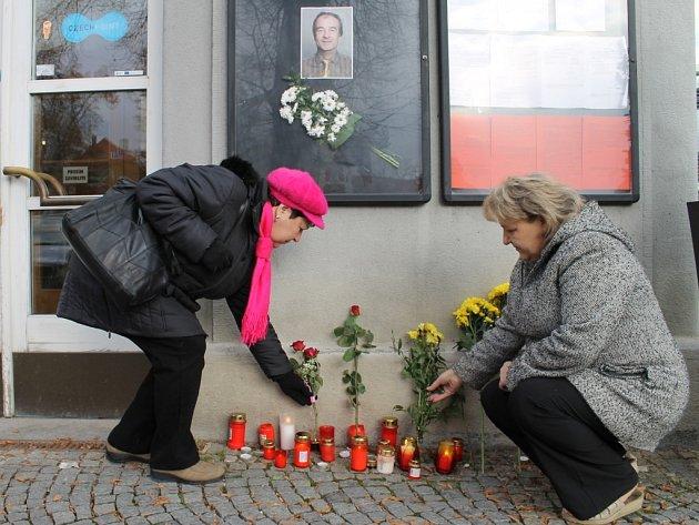 Od pondělního večera přinášejí lidé svíčky a květiny k budově slánského úřadu jako vzpomínku na svého starostu