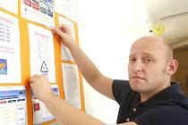 UČITEL 11. ZÁKLADNÍ ŠKOLY v Kladně Daniel Kubát včera upravoval nástěnky, aby žáci byli dnes o všem dobře informováni.