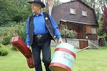 Kamarádi čekají. Vladislav Havel s kovbojským basem a bendžem míří do hospůdky.