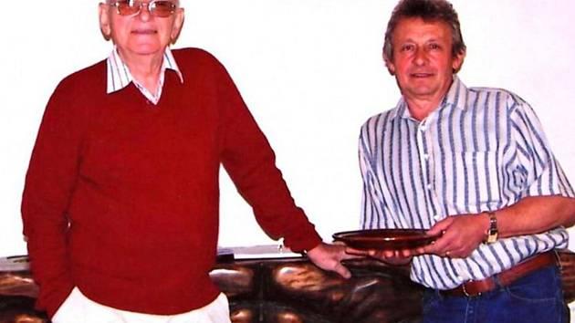Akademický malíř Eduard Hájek (vlevo) na archivním snímku z roku 2008, kdy vystavoval na Domažlicku.