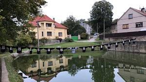 recese! Fotbalisté Olovnice rozvěsili Slatině její zapomenuté dresy u ní doma přes rybník