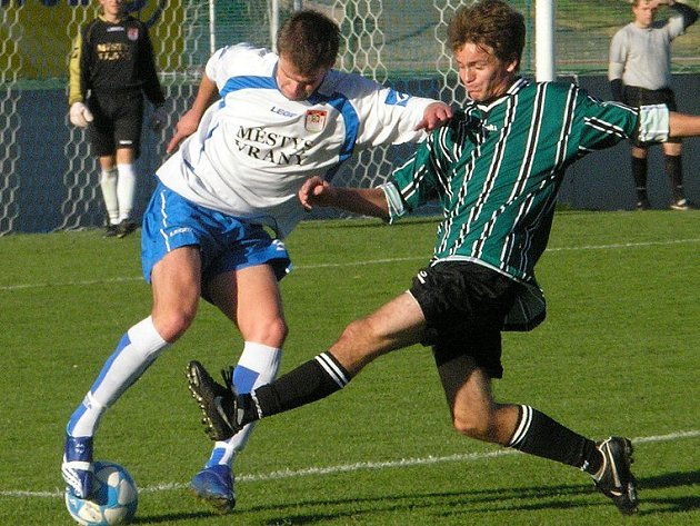 Záložník Libor Urban (vlevo) vstřelil první i třetí gól, týmu už přispěl čtrnácti trefami v ročníku.