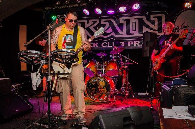 Kladenská rocková kapela Sklad Na Rock po koncertu v Poldofce zahraje také v music pubu Auto Da Fé.