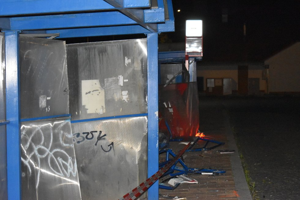 Lidé zapalují na autobusové zastávce v místě tragédie svíčky.