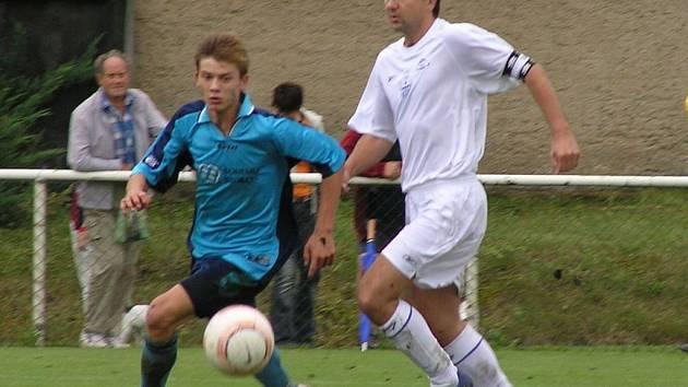 Marek Liška (vpravo) vstřelil v důležitém utkání o první místo na hřišti Kabla dva góly svého Družce.