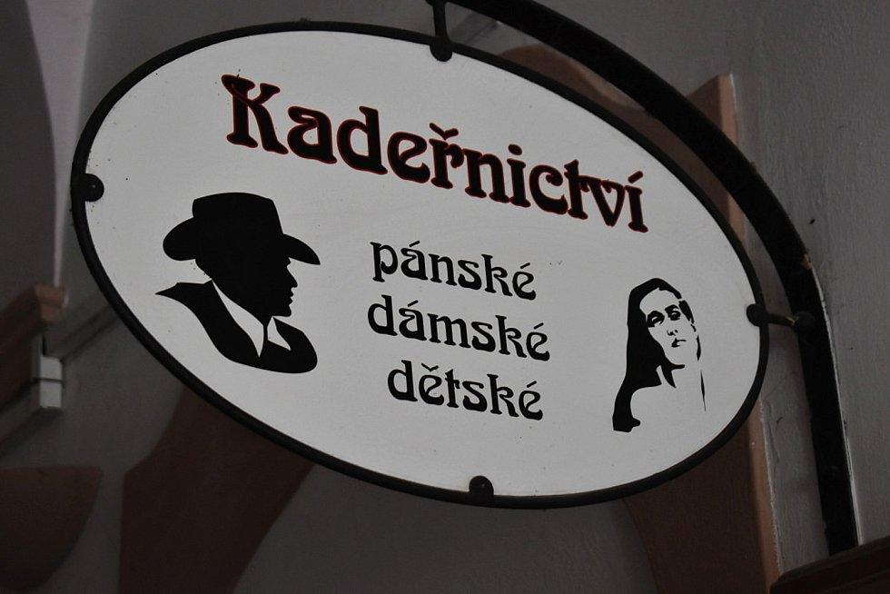 První den rozvolnění v kadeřnictví Ivany Soukupové ve Slaném.