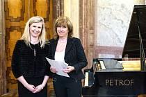 Učitelka Eva Moučková (vpravo) převzala medaili přímo z rukou ministryně školství Kateřiny Valachové ve Valdštejnském paláci v Praze.