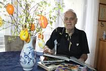 AUTOR VÍTĚZNÉ NÁDIVKY Vladimír Sajler (73) s knihami svého učitele, mistra kuchaře, Ladislava Nodla.