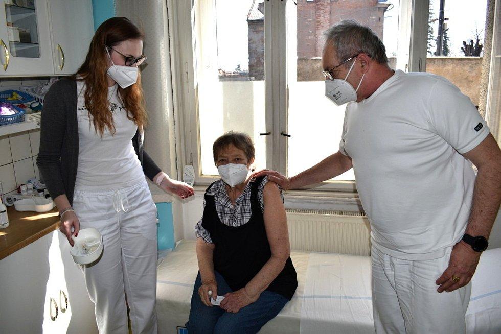 Zleva: Zdravotní sestra Nikola Koutná, pacientka Drahomíra Štětinová a doktor Ľudomír Dulka.