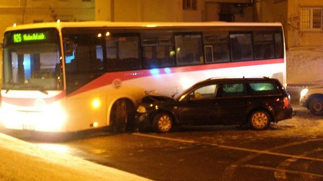 Nehoda autobusu a osobního vozidla v Kladně.