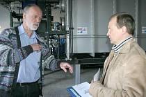 PODNIKATEL Karel Prokeš (vlevo) bojuje za zprovoznění likvidační linky na pozemcích ve Velké Dobré již druhým rokem. Stále se mu ale nepodařilo přesvědčit místní obyvatele ani zastupitele o nulových rizicích prosazované vakuové pyrolýzy.