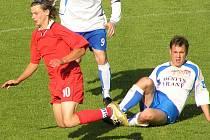 Někdy létá, jindy pálí, každopádně je na trávníku hodně cítit. Tuchlovický ´Švento´ Marcel Kedroň (vlevo) rozhodl pohárovou bitvu s Berounem.