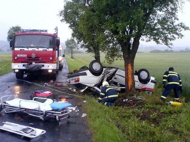 Hasiči i záchranáři měli na místě nehody nelehký úkol. Dostat všechny účastníky kolize ze zdemolovaného vozu včas.