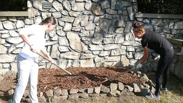 ČLENOVÉ ČESKÉHO SVAZU BOJOVNÍKŮ ZA SVOBODU upravili zanedbaný pomník dvou rudoarmějců v Poteplí u Malých Kyšic.