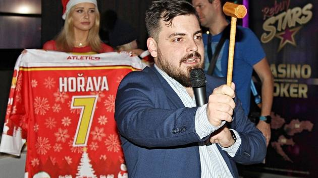 Zimní dražba dresů v Casinu Rebuy Stars v Kladně.