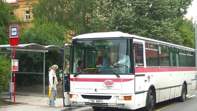 DO VELVARSKÉ ULICE se vrátily také autobusy.