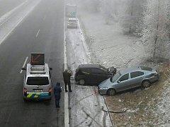 Tragická pondělní nehoda u Velké Dobré uzavřela silnici D6 ve směru na Prahu na celé dopoledne.