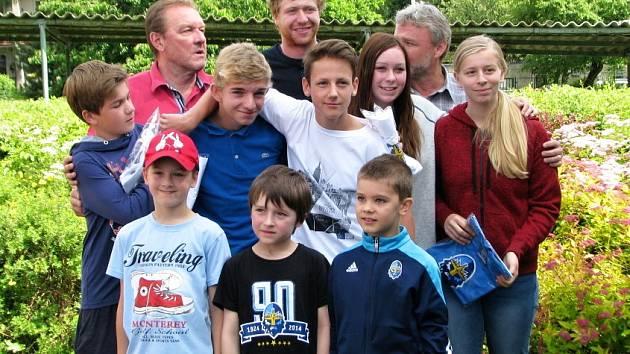 Jakub Voráček navštívil svou bývalou školu, 12. ZŠ v Rozdělově. S nejúspěšnějšími sportovci II. stupně, ředitelem V. Dufkem, učitelem J. Novotným a malými kluky, kteří mají nejlepší školní výsledky i džentlmenské vystupování.
