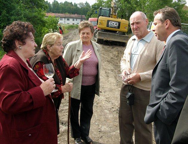 Lidé z Čabárny diskutují o problému kanalizace s náměstkem primátora Miroslavem Bernáškem.