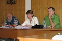 Ilustrační snímek: Starostka Pavla Štrobachová (uprostřed) a její kolegové z vedení města na zasedání smečenského zastupitelstva.