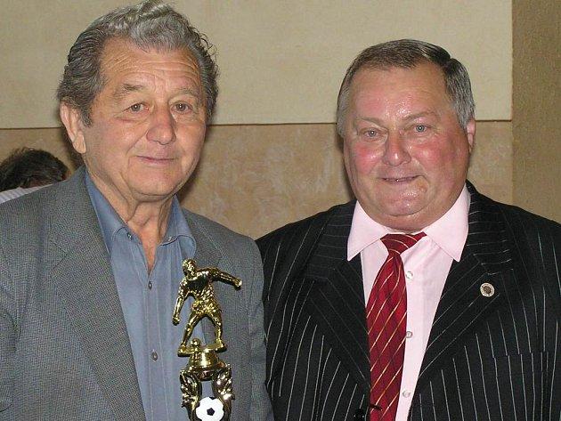 František Běhounek (vpravo) byl na valné hromadě zvolen opět do funkce předsedy OFS, smečenský Karel Čebiš byl pak hlavním oslavencem - letos mu bylo osmdesát.