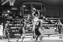 Basketbalisté BK Kladno ( v modrém) na Sokol pražský v jeho hale nestačilo