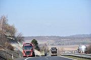 Na dálnici D7 se srazilo osobní auto s nákladním. Řidiče vyprošťovali hasiči.