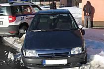 Výtečníkovi, který ujížděl a poté utíkal před hlídkou Městské policie v Kladně, je pouhých devatenáct let.