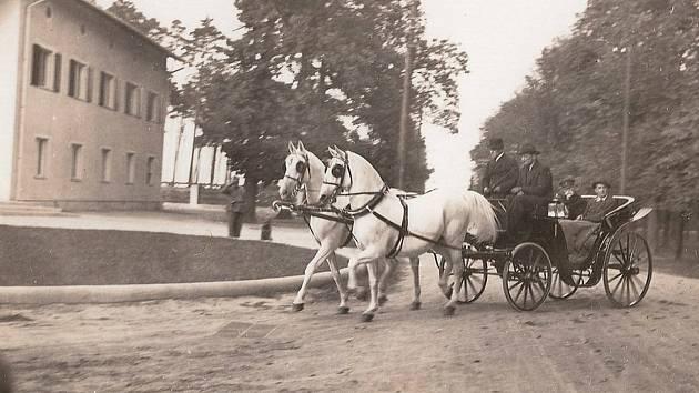 T. G. Masaryk se svým synem Janem před lesní správou.
