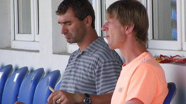 SK Kladno - Slovan Varnsdorf. Už jen pozorovatel z  Dukly Jan Suchopárek (vlevo) a kouč mládeže Petr Brabec.