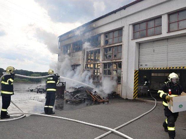 Hasiči museli zasahovat při požáru v dýchací technice.
