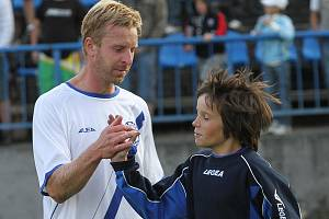 David Zoubek zdraví malého fotbalistu a fandu // SK Kladno - Fotbal Třinec 1:1 (0:1) , utkání 6.k. 2. ligy 2010/11, hráno 5.9.2010