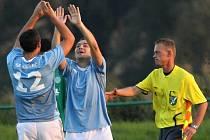 Martin Kott slaví branku s Davidem Počtou // Sokol Hostouň - SK Hřebeč 1:2 (0:0), utkání I.B stč. kraj, tř. 2010/11, hráno 12.9.2010