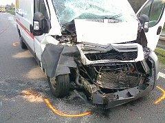 Dodávka po nehodě u letiště. Její řidič patrně nedobrzdil a naboural zezadu do kladenského autobusu