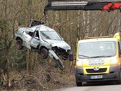 Páteční dopolední nehoda ve směru z Rozdělova na Libušín. Mladík nezvládl řízení a narazil do stromu.