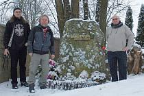 Kladenští fanoušci (zleva) Josef Šašek, Přemysl Homola a Miloš Dvořák u  hrobu slavného lupiče Václava Babinského..