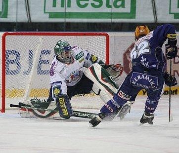 Plzeňský Michal Dvořák právě překonává Miroslava Kopřivu. po tomhle gólu došlo mezi oběma aktéry k roztržce.