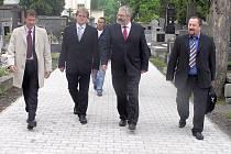 Nové centrální chodníky na kladenských hřbitovech by měly od náporu návštěvníků ušetřit postraní cesty mezi hroby.